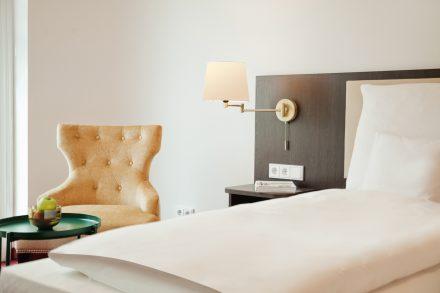 grosse helle zimmer hotel berlin goldpalais
